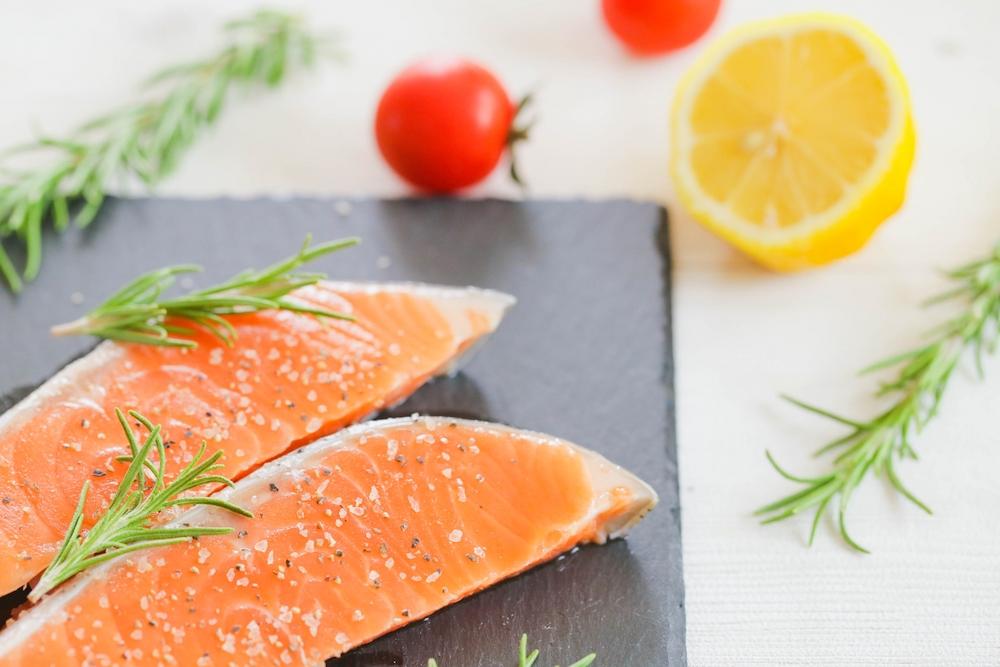 アスタキサンチンは魚介類や藻など海水や淡水の生物、植物に含まれている栄養素